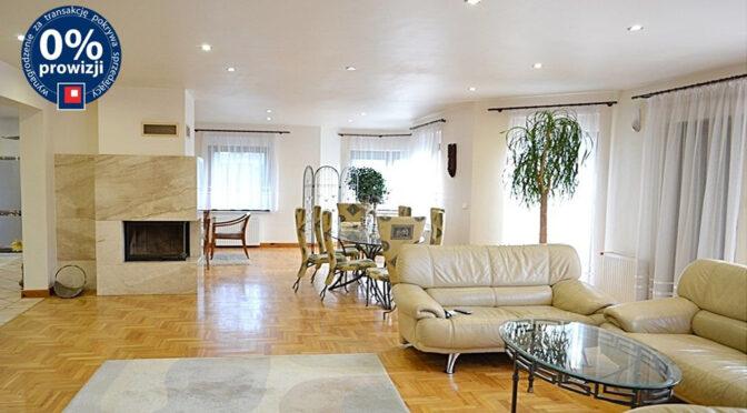 imponujące bogactwem wnętrze salonu w ekskluzywnej rezydencji do sprzedaży Bolesławiec