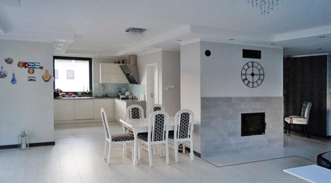utrzymane w tonacji bieli komfortowe wnętrze luksusowej rezydencji do sprzedaży Konin (okolice)