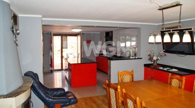 widok od strony salonu na jadalnię i aneks kuchenny w ekskluzywnej rezydencji do sprzedaży Koszalin (okolice)