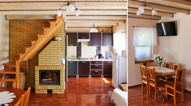 po lewej salon z kominkiem, po prawej jadalnia w ekskluzywnej rezydencji do sprzedaży Mazury