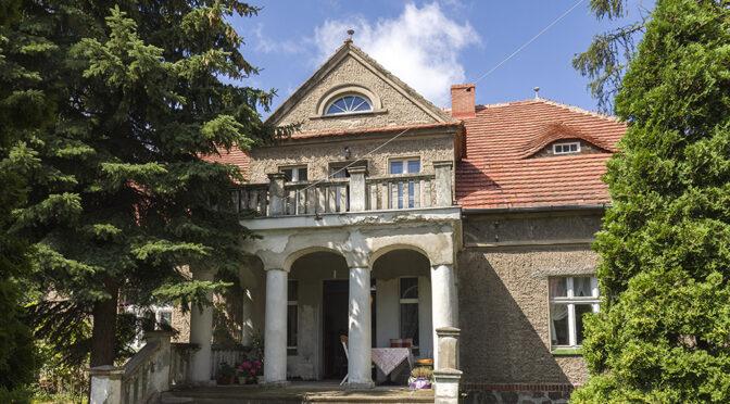reprezentacyjne wejście z kolumnami do ekskluzywnej rezydencji do sprzedaży Rawicz (okolice)
