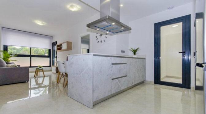 widok sa salonu na aneks kuchenny w ekskluzywnym apartamencie na sprzedaż Hiszpania (Costa Blanca, Torrevieja)