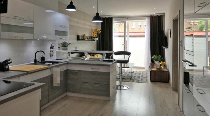 widok z salonu na kuchnię w ekskluzywnym apartamencie na sprzedaż Kwidzyn