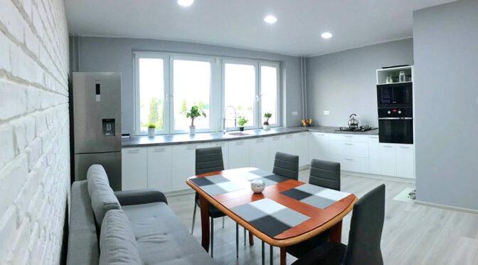 na pierwszym planie jadalnia, w oddali luksusowe wnętrze ekskluzywnego apartamentu na sprzedaż Szczecin