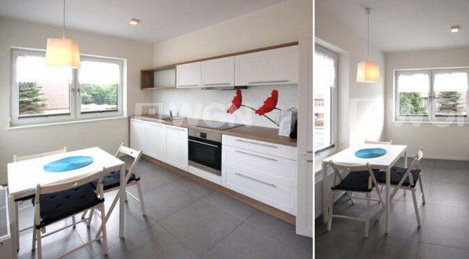 po lewej kuchnia, po prawej jadalnia w luksusowym apartamencie na wynajem Szczecin