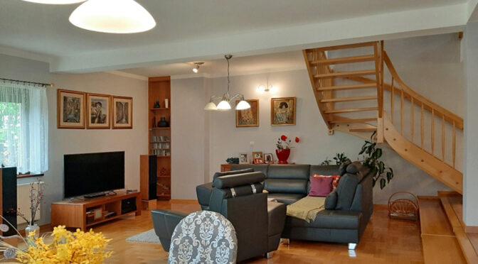 stylowy salon z kominkiem w ekskluzywnej rezydencji na sprzedaż Legnica (okolice)