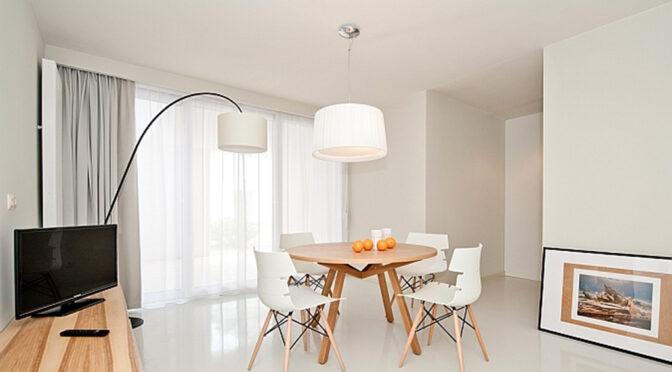 nowoczesny pokój dzienny w luksusowym apartamencie na sprzedaż nad morzem