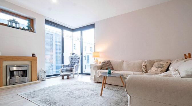 komfortowy pokój gościnny z panoramicznymi oknami w ekskluzywnym apartamencie do wynajmu Katowice