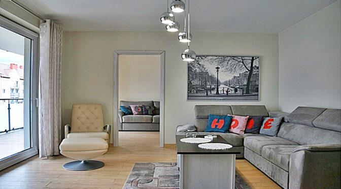 ciekawa aranżacja salonu w ekskluzywnym apartamencie do wynajmu Bolesławiec