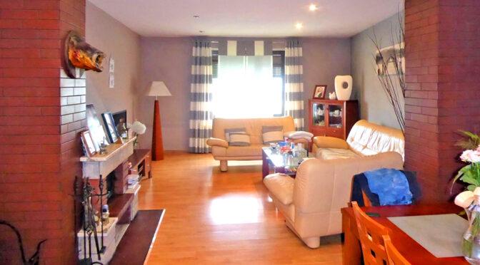 kameralne wnętrze pokoju gościnnego w luksusowej rezydencji na sprzedaż Częstochowa