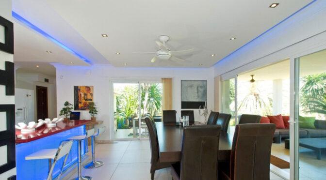 efektowne oświetlenie salonu w luksusowej rezydencji na sprzedaż Hiszpania (Costa Del Sol, Malaga)