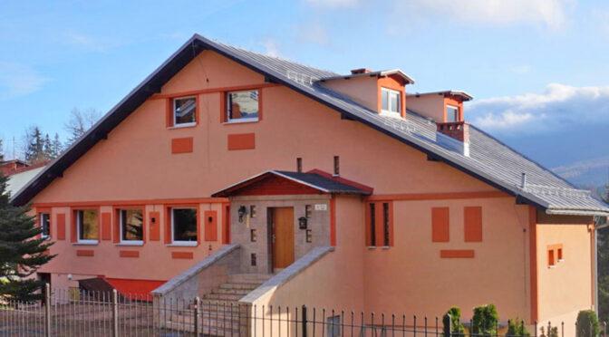 widok od strony ulicy na ekskluzywną rezydencję do sprzedaży Szklarska Poręba