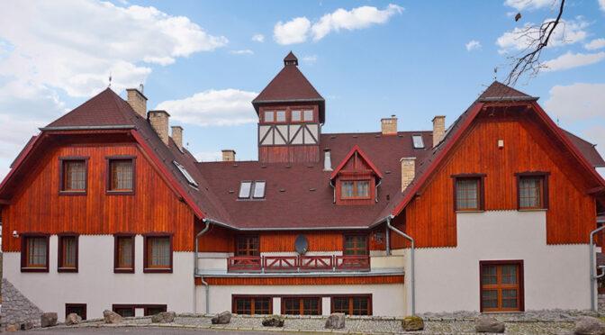 okazała architektonicznie bryła luksusowej rezydencji do sprzedaży Szklarska Poręba