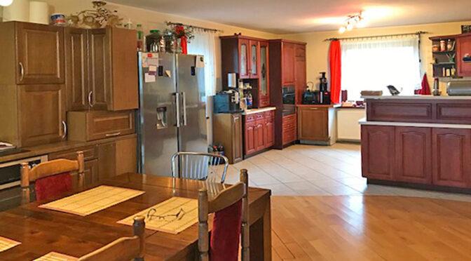 widok z salonu na kuchnię w ekskluzywnej rezydencji do sprzedaży Wieluń (okolice)