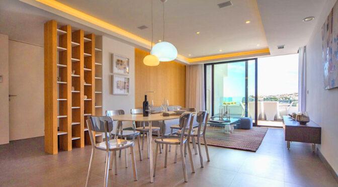 nowoczesne oświetlenie salonu w luksusowym apartamencie do sprzedaży Hiszpania (Costa Blanca Cumbre Del Sol)