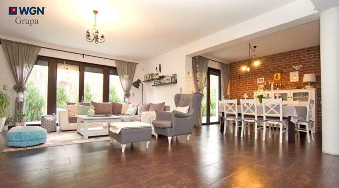 kameralne wnętrze salonu w ekskluzywnej rezydencji na sprzedaż Konin (okolice)