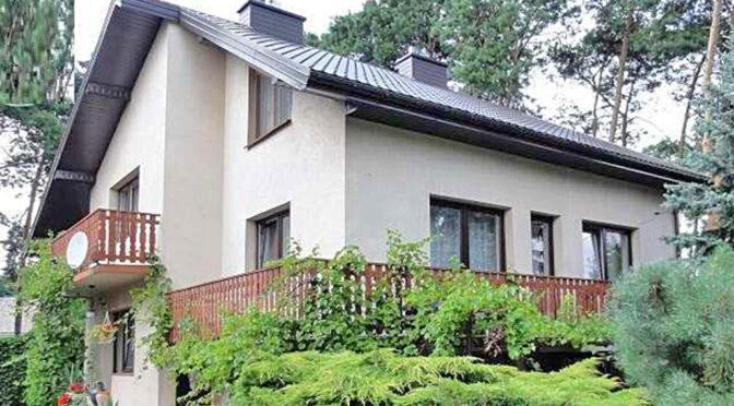widok od strony ogrodu i tarasu na luksusową rezydencję na sprzedaż Piotrków Trybunalski (okolice)
