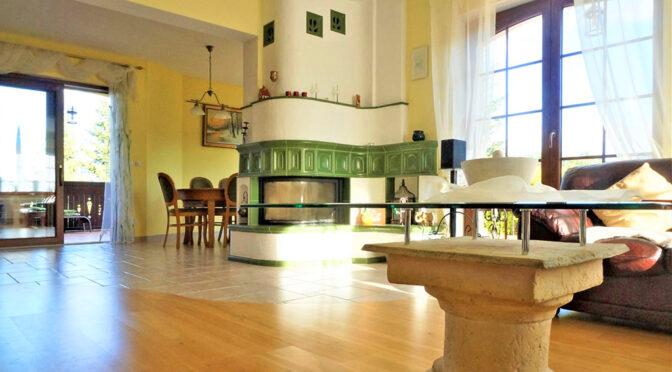 zbliżenie na kominek w salonie ekskluzywnej rezydencji na sprzedaż Polanica-Zdrój