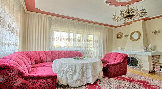 imponujące bogactwem wnętrze salonu w ekskluzywnej rezydencji na wynajem Swarzędz