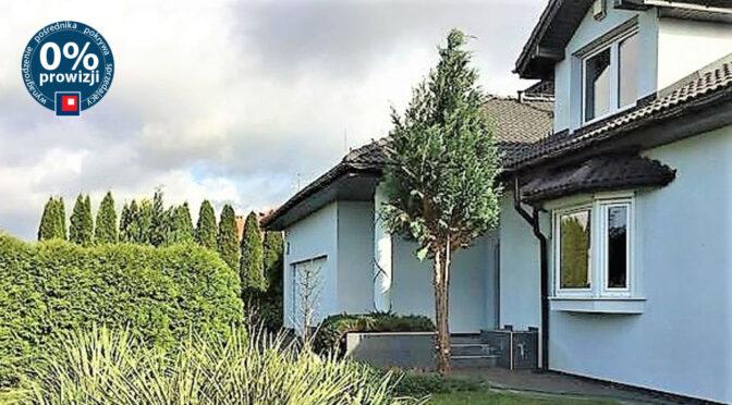 widok od strony ogrodu na ekskluzywną rezydencję do sprzedaży Łódź (okolice)
