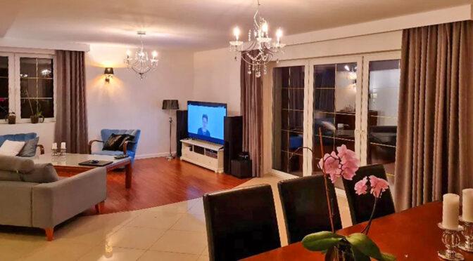 stylowe wnętrze salonu w ekskluzywnej rezydencji do sprzedaży Mazury