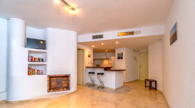 stylowe wnętrze salon z kominkiem w ekskluzywnym apartamencie na sprzedaż Hiszpania (Punta Prima)