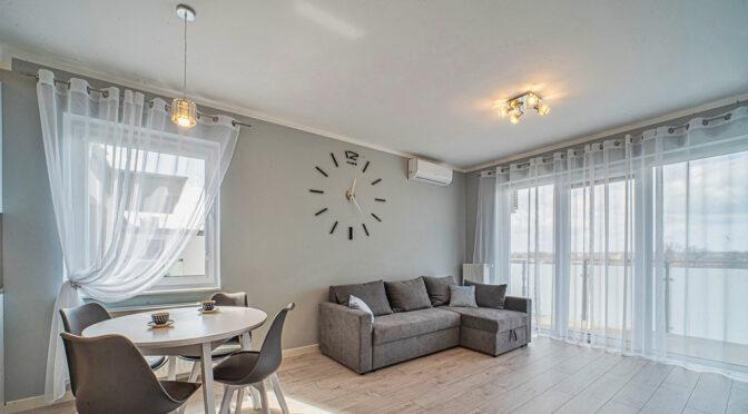 druga strona pokoju gościnnego w luksusowym apartamencie do wynajmu Bolesławiec