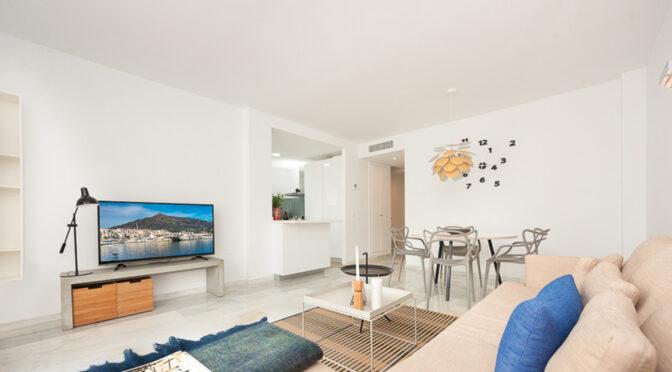 słoneczny salon w ekskluzywnym apartamencie do sprzedaży Hiszpania (Costa Del Sol)