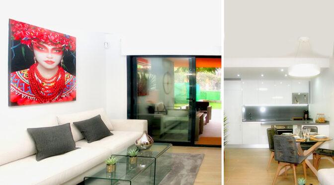 po lewej salon, po prawej kuchnia w luksusowym apartamencie do sprzedaży Hiszpania (Orihuela Costa, Villamartin)