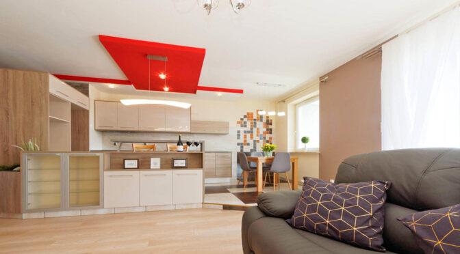 widok z salonu na aneks kuchenny w ekskluzywnym apartamencie do sprzedaży Tarnów