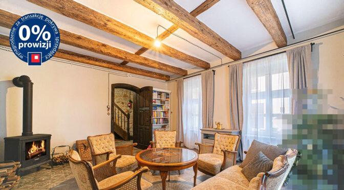 kameralne wnętrze salonu w ekskluzywnej rezydencji do sprzedaży Bolesławiec