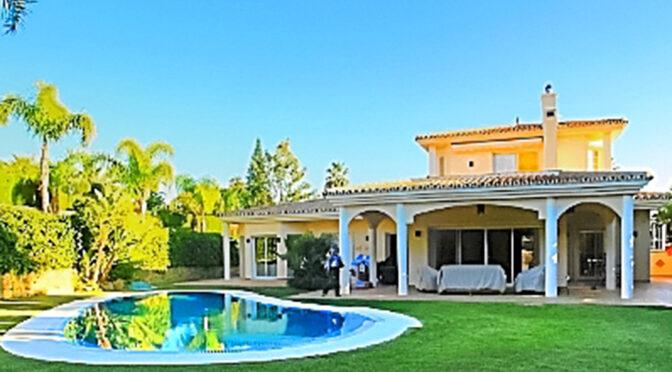 widok od strony basenu na ekskluzywną rezydencję na sprzedaż Costa Del Sol, Marbella (Hiszpania)