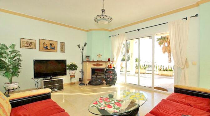 kameralny salon z kominkiem w ekskluzywnej rezydencji na sprzedaż Hiszpania (Costa Del Sol, Benalmadena, Fuengirola)
