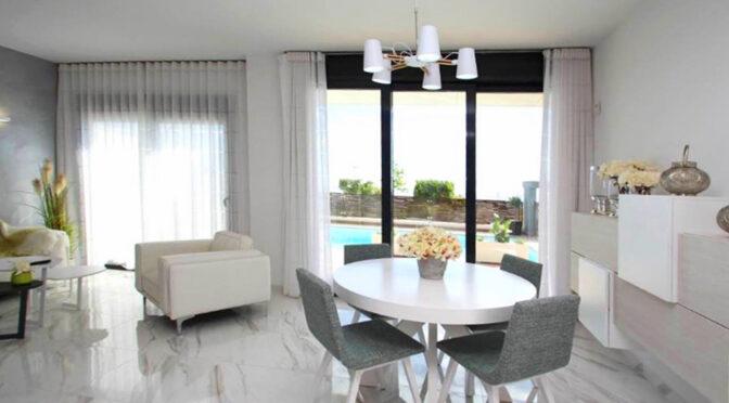 salon z tarasem i basenem przed ekskluzywną rezydencją do sprzedaży Hiszpania (San Miguel De Salinas)