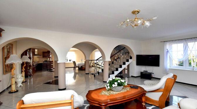 kameralny salon i hol z arkadami w luksusowej rezydencji do sprzedaży Inowrocław