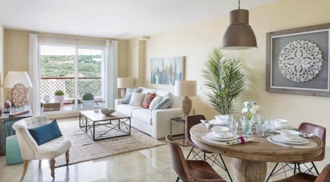 słoneczny pokój gościnny w ekskluzywnym apartamencie na sprzedaż Hiszpania (La Alcaidesa, Sotogrande)