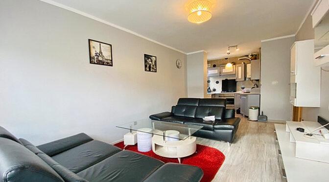 widok z salonu na aneks kuchenny w luksusowym apartamencie do sprzedaży Legnica