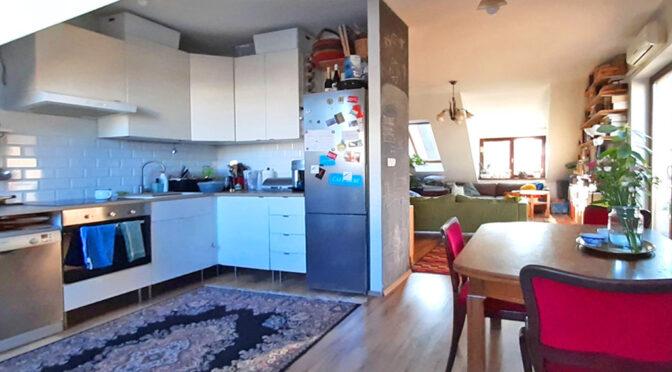po lewej kuchnia, po prawej salon w ekskluzywnym apartamencie do sprzedaży Wrocław