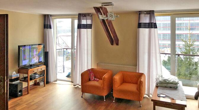 stylowe wnętrze pokoju gościnnego w luksusowym apartamencie do sprzedaży nad morzem