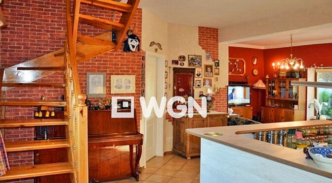 widok z salonu na kuchnię w luksusowej rezydencji na sprzedaż Bolesławiec (okolice)