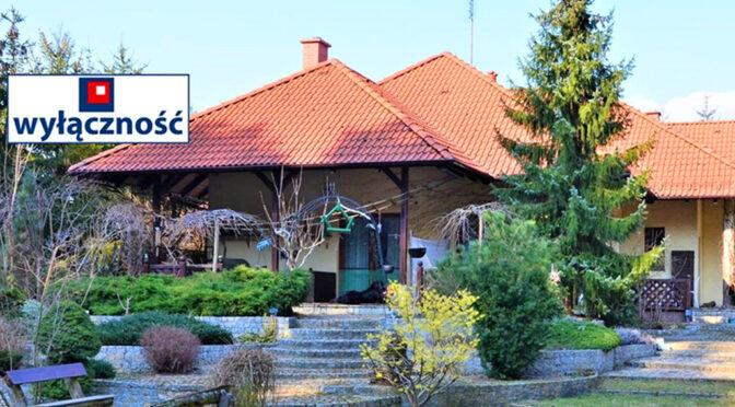 widok od strony ogrodu na okazałą bryłę ekskluzywnej rezydencji na sprzedaż Kępno (okolice)