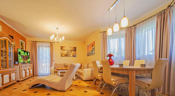 komfortowe wnętrze eleganckiego salonu w luksusowej rezydencji do sprzedaży Bolesławiec (okolice)