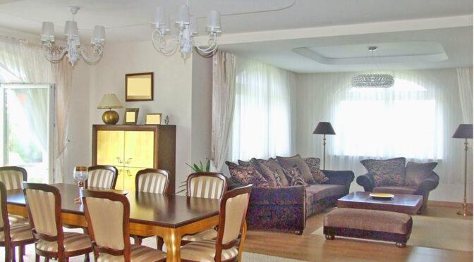 zaprojektowany w klasycznym designie pokój dzienny w ekskluzywnej rezydencji do sprzedaży Legnica (okolice)