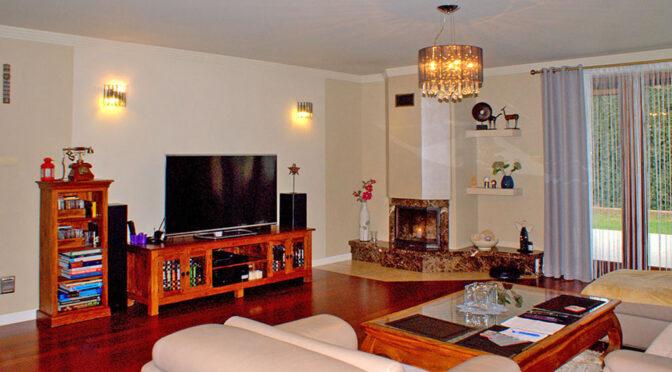 kameralny salon z kominkiem w luksusowej rezydencji do sprzedaży Legnica (okolice)