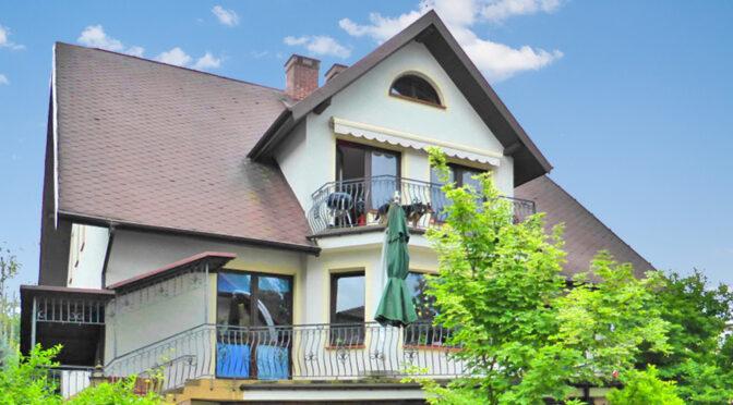 widok od frontu na ekskluzywną rezydencję na sprzedaż Warszawa