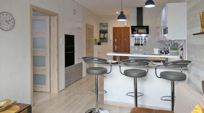 widok z salonu na aneks kuchenny w ekskluzywnym apartamencie na sprzedaż Kwidzyn