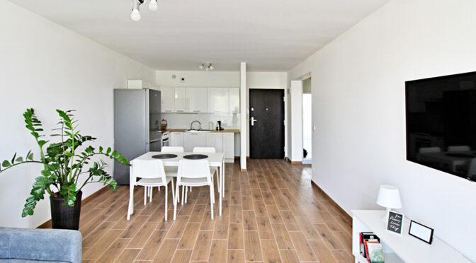 utrzymane w tonacji bieli wnętrze luksusowego apartamentu na wynajem Gorzów Wielkopolski