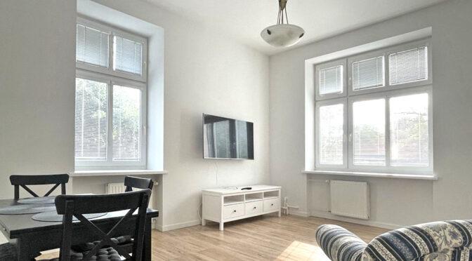 utrzymany w białej tonacji salon w luksusowym apartamencie na wynajem Szczecin