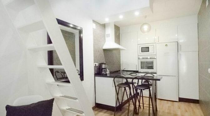 widok z salonu na nowoczesną kuchnię w ekskluzywnym apartamencie do sprzedaży Hiszpania (Costa Del Sol, Malaga)