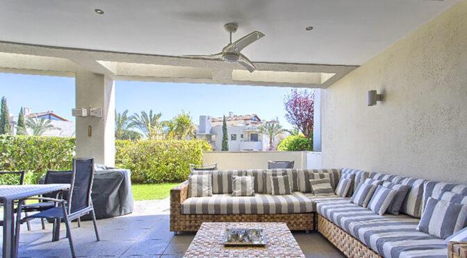 ogromny salon i taras przy luksusowym apartamencie do sprzedaży Hiszpania (Costa Del Sol Malaga)